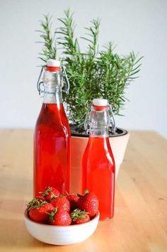 Ein klarer Erdbeer-Rosmarin-Sirup