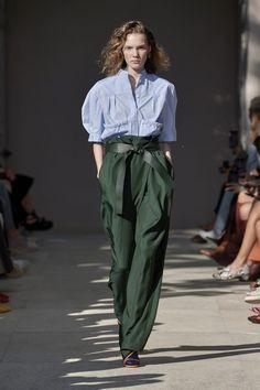 Salvatore Ferragamo Spring 2020 Ready-to-Wear Fashion Show - Vogue Fashion Mode, Fast Fashion, Fashion 2020, Look Fashion, Runway Fashion, Fashion Outfits, Fashion Design, Milan Fashion, Vogue Fashion
