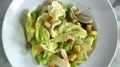 Receita com instruções em vídeo: Apreciar e fazer uma boa salada tem seu valor! Ingredientes: ½ xícara de maionese, ⅓ de xícara de parmesão ralado + lascas para decorar, suco de 1 limão, 2 colheres de sopa de azeite de oliva + azeite de oliva a gosto, 1 filé de anchova em conserva, 2 dentes de alho, 2 fatias de pão de torta fria, 2 filés de peito de frango, sal a gosto, pimenta do reino a gosto, 1 maço de alface americana ,