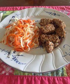 Almuerzo en casita: Dados de dorado sellados en ajonjolí con pasta de arroz y zanahoria  Comer cosas engordantes a veces es rico, pero comer sano essss DEL MÁS ALLÁ!!!  #lunch #recipes #healthy #fitness #natural #nutricion #lalefit