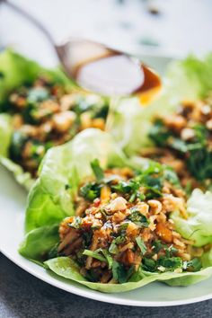 Peanut Chicken Lettuce Wraps with a Ginger Garlic Sauce by pinchofyum #Lettuce_Wraps #Chicken #Peanut #Ginger #Garlic