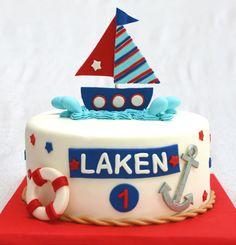 Gâteau 10 pouces 4 layers, 2 à la vanille de couleur bleu et 2 au gâteau blanc. Décoré sous le thème matelot. Bateau et autres objets en fondant. - 70$