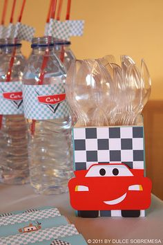 Love the flags on the straws for the water bottles!