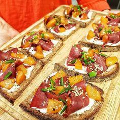 Toasts #abricocorico réalisés par @my_parisian_kitchen et @poiretcactus ! Dés d'abricots poêlés à l'huile d'olive et sirop d'érable, magret de 🦆 fumé et crème à la ciboulette ! 😋 #instagood #instafood #abricot #abricots #aperotime #apéro #apéritif #crostinis #été Parisian Kitchen, Toast, Quail, Savoury Dishes, Catering, Fries, Sandwiches, Brunch, Dinner