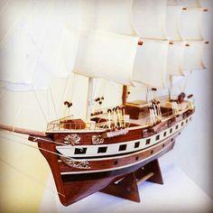Drewniany model żaglowca, stylowy model sławnego żaglowca z drewna - morski gustowny dodatek, prestiżowa marynistyczna dekoracja zarówno biura jak i domu, przedmiot w żeglarskim stylu nadający klasy każdemu pomieszczeniu, stylowy żeglarski prezent, element morskiego wystroju wnętrz, stylowy morski upominek, prezent dla Żeglarza  http://sklep.marynistyka.org http://marynistyka.eu