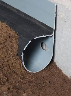 French Drains to Fix Your Foundation Problems Preventative maintenance ideas for the house. Drain Français, Drain Tile, Outdoor Projects, Home Projects, Reforma Exterior, Yard Drainage, Drainage Pipe, Landscape Drainage, Drainage Solutions