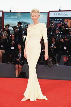 Tilda Swinton en robe fourreau blanche