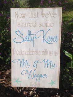 Personalisierte Strand Hochzeitsgeschenk, Shabby Chic, Beach Hochzeit Dekor, salzige Küsse, Herr & Frau, Strand Dekor von CastleInnDesigns auf Etsy https://www.etsy.com/de/listing/205412380/personalisierte-strand-hochzeitsgeschenk