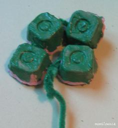 St. Patrick's day easy craft for toddlers. Painting and glueing
