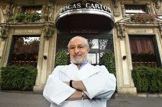Alain Senderens devant son restaurant le 27 septembre 2002