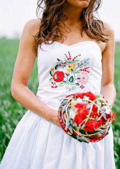 Kalocsai hímzéses menyasszonyi ruha(Foto:Bell Studio/Esther)