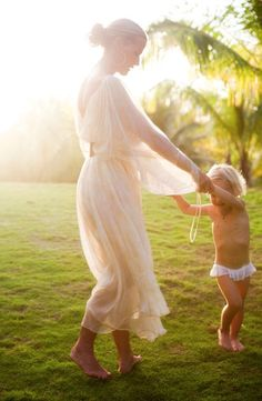 Du Monde: A little bit of India Hicks Mother Daughter Photos, Mother And Child, Mother Daughters, Family Portraits, Family Photos, Kind Photo, Beautiful Moments, Precious Moments, Beautiful Gifts