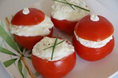 Pour 4 personnes, préparation 15 min, 110 kcal : 4 tomates mûres 160g de chèvre frais type Petit Billy 1 yaourt nature à 0% 2 c.à.s de basilic frais ciselé 2 c.à.s de ciboulette ciselée 1 c.à.s d'huile d'olive Sel, poivre du moulin Lavez et essuyez les tomates puis les couper au 2 tiers. Retirez la chair en prenant soin de ne pas percer la peau puis les égoutter à l'envers sur du papier absorbant. Pendant ce temps, mélangez dans un bol le yaourt, le fromage de chèvre, l'huile ...