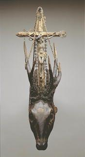 Hjortehoved med kors mellem takkerne, symbol på jægernes helgen, Skt. Hubertus, 1638.