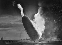 L'esplosione dello zeppelin Hindenburg alla stazione aeronavale di Lakehurst nel New Jersey, il 6 maggio 1937. È stato il più grande oggetto volante mai costruito. - (Murray Becker, Ap/Ansa)