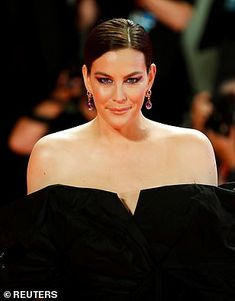Quirky: Liv added a pop of colour to her red carpet look thanks to a dramatic purple smoky. Hollywood Glamour, Classic Hollywood, Donald Sutherland, Tommy Lee Jones, Color Pop, Colour, Liv Tyler, Black Tuxedo, Red Carpet Looks
