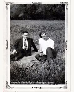 « Friends and blanket » Two friends relaxing on the grass, sitting on a blanket. /// Deux amis qui relaxent sur l'herbe, assis sur une couverture. #mentogether #bromance #1940s #summerfun #vintagefashion 🌾☀️