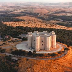 Castel del Monte in Puglia Ancient Architecture, Art And Architecture, Places To Travel, Places To See, Castel Del Monte, Foto Top, Chateau Medieval, Italy Landscape, Templer