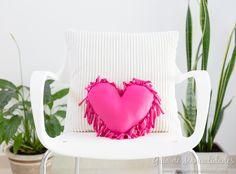 ¡Decora tu casa con este precioso cojín! ¿Cómo hacerlo y SIN costuras? Te lo cuento aquí... con patrón gratis para imprimir... Amelie, Ideas Para, Diy, Sewing, Crochet, Easter Crafts, No Sew Pillows, Bedspread, Cushion Covers