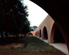 Il chiostro si trova all'interno dei giardini e degli orti di un monastero di clausura a Lucca.   La costruzione del portico, prevista in aderenza al muro esistente, è necessaria per garantire alle suore l'indipendenza visiva dalle costruzioni circost...