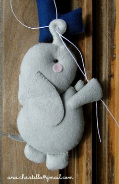 Elefante em feltro com molde para impressão dangling felt elephant pattern - could be used for mobile, with balloons etc Felt Doll Patterns, Felt Animal Patterns, Felt Crafts Patterns, Stuffed Animal Patterns, Felt Name Banner, Sock Dolls, Baby Mobile, Elephant Pattern, Felt Baby
