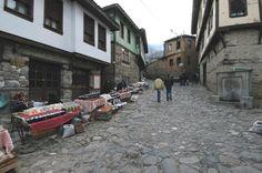 Osmanlı köyü Cumalıkızık Bursa'ya 2 km. uzaklıktaki Cumalıkızık, Orhangazi'nin Bursa'ya girmeden önce yaptırdığı köylerden biri. Osmanlı mimarisinin en güzel örneklerinin verildiği evlerden oluşan köye giderseniz, dar sokaklardan akan sular sizi karşılayacak
