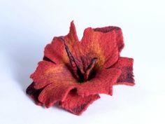 Валяная большая красная брошь в виде цветка нежная и от BlanCraft