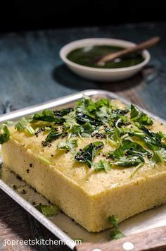 Instant Khaman Dhokla Recipe / Savory Gram Flour Cake with Green Chutney. - I Cook Different Green Chutney Recipe, Chutney Recipes, Samosas, Indian Snacks, Indian Food Recipes, Indian Foods, Gujarati Recipes, Indian Appetizers, Gujarati Food