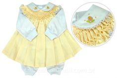 Vestido amarelo com bordado Casinha de Abelha, além de com pagão. Para enxoval de bebê de menina! Clique na foto e veja mais! Foto: Xique Xique Brasil