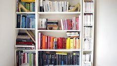 Bøker, leilegheit i London - ØKER: Folk leser mer bøker, men mindre aviser, magasiner og tegneserier viser tall fra Statistisk sentralbyrå. - Foto: Stine Kyrkjebø Johansen / NRK