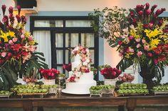 Mesa de doces colorida em tons de marsala, rosa e amarelo. Casamento na praia, rústico e elegante. Foto: Nelson Neto