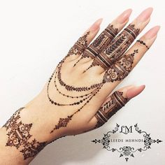 Mehndi henna designs are always searchable by Pakistani women and girls. Women, girls and also kids apply henna on their hands, feet and also on neck to look more gorgeous and traditional. Henna Tattoo Designs, Henna Tattoos, Henna Mehndi, Mehndi Designs Finger, Finger Henna Designs, Henna Tattoo Hand, Et Tattoo, Mehndi Designs For Girls, Tattoo Ideas