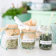 DIY: on prépare soi-même 3 sels aromatisés - Helloo Mason Jar Meals, Meals In A Jar, Mason Jars, Jar Gifts, Food Gifts, Diy Cadeau Noel, Marinade Sauce, Creole Recipes, Rustic Signs