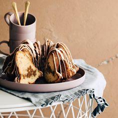 Piparitiikerikakku – rakkaan kakkuklassikon jouluversiolla on piparinen sydän! Caramel Apples, Baking, Ethnic Recipes, Desserts, Food, Tailgate Desserts, Deserts, Bakken, Essen