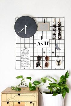 DIY metal wall grid display DIY Wall Decor to Decorate Your Space Metal Wall Grid, Metal Walls, Diy Home Decor For Apartments, Apartment Ideas, Diy Room Decor For College, Bedroom Apartment, Apartment Therapy, Room Goals, Home And Deco