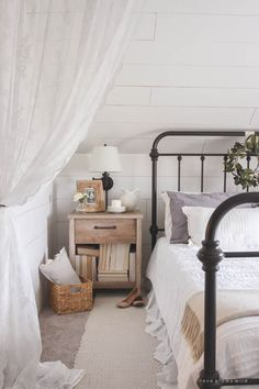 Modern farmhouse style integrates the typical with the new makes any type of area very comfy. Discover finest rustic farmhouse bedroom design ideas as well as design ideas. Cozy Bedroom, White Bedroom, Master Bedroom, Bedroom Decor, Bedroom Ideas, Black Metal Bed, Black Iron Beds, Black Bedding, Minimalist Bedroom