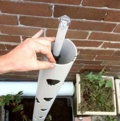 Il perce des trous dans un tuyau de PVC et l'installe à côté de l'escalier. 1 mois plus tard, les résultats sont fabuleux! - Trucs et Astuces - Trucs et Bricolages