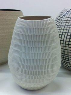 Shio Kusaka click now for info. So similar to my bedside lamps 😍 Sgraffito, Kintsugi, Ceramic Decor, Ceramic Art, Ceramic Bowls, Pottery Vase, Ceramic Pottery, Thrown Pottery, Slab Pottery