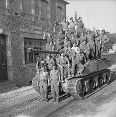 équipages de chars se pressent sur un Sherman Firefly pour célébrer la capture de Le Beny Bocage 1er Août 1944