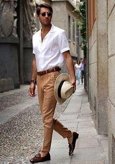 白シャツ×ベージュパンツ×ブラウンローファーの着こなし(メンズ) | Italy Web …