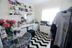 Closet (quarto feminino) preto e branco http://www.justlia.com.br/2015/12/video-tour-pelo-meu-closet-2/