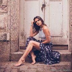 Bruna Marquezine aposta em cabelos descolados e de aparência natural para compor o visual
