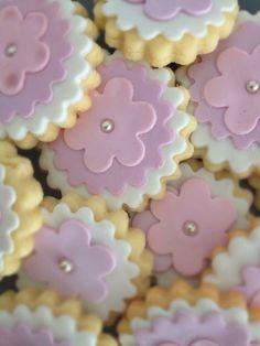 Galletas de mantequilla decoradas con fondant. Cupcakes, Cake Cookies, Sugar Cookies, Gingerbread Cookies, Christmas Cookies, Marzipan, Mothers Day Cake, Clay Ornaments, Custom Cookies