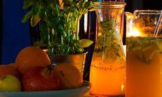 Sangria de Alvarinho e maçã verde Cocktail Shots, Alcoholic Cocktails, Portuguese Recipes, Cookbook Recipes, Summer Drinks, Mousse, Glass Vase, Smoothie, Wine