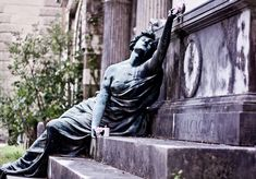 Dear readers, this post is a bit on the educational side since i'd like to show you one of the more famous tombs at the Staglieno Cemetery...