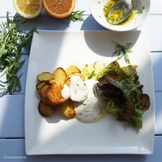 Im Backofen frittierte Kartoffeln mit Estragonsauce und Salat |