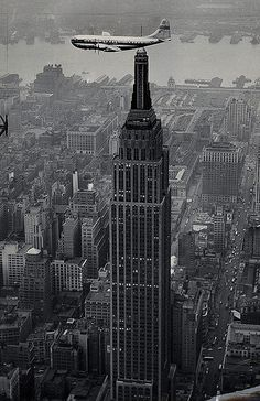Pan Am Clipper flying over Midtown Manhattan and the Empire State Building, Photo from the New York City Municipal Archives. Empire State Building, Old Pictures, Old Photos, Photo New York, Belle Villa, Vintage New York, City That Never Sleeps, London Life, Air Travel