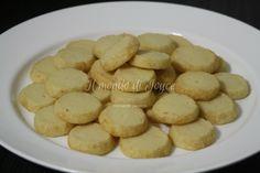 Vi giuro che questi biscotti li ha divorati mio marito. A dire il vero mi sono sbagliata a pesare il sale. Mi è appena arrivata la bilancia di precisione e