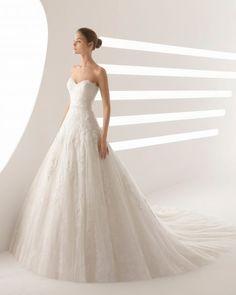 Une robe avec beaucoup de personnalité, pour des mariées qui savent ce qu'elles veulent. De style princesse, entièrement confectionnée en dentelle et pierreries, avec un col en cœur très flatteur. Cette incroyable robe de mariée évoque une parfaite sensualité.