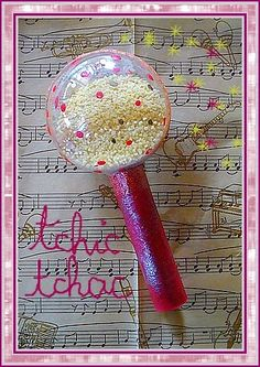 Un maracas flashy :   Découper un rouleau de papier toilette dans le sens de la longueur et l'enrouler au maximum sur lui-même pour faire le manche. Peindre et pailleter.   Dans une boule transparente, ... Crafts For Kids, Projects To Try, Activities, Deco, Fabric, Stage, Animation, Carnival, Activities For Kids